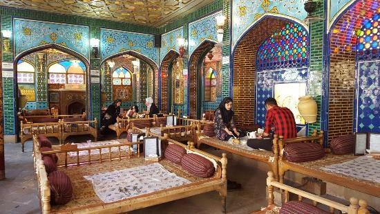 خوردن یک وعده غذایی در رستوران های سنتی اصفهان